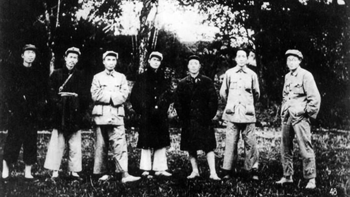 1931年11月7日,瑞金,中共蘇區中央局部分委員合影,右二為時任中央局代理書記的毛澤東。(網絡圖片)