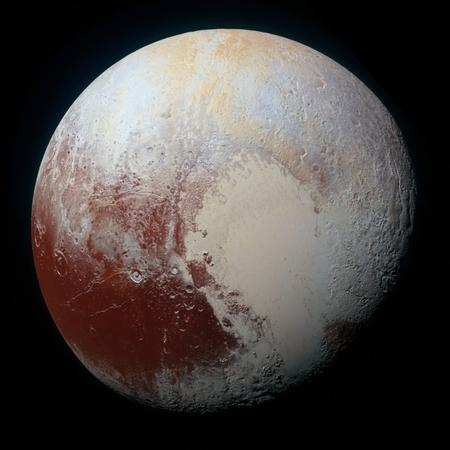 照片中的多種顏色說明冥王星有非常複雜的地理和氣候性質。(NASA/JHUAPL/SwRI)