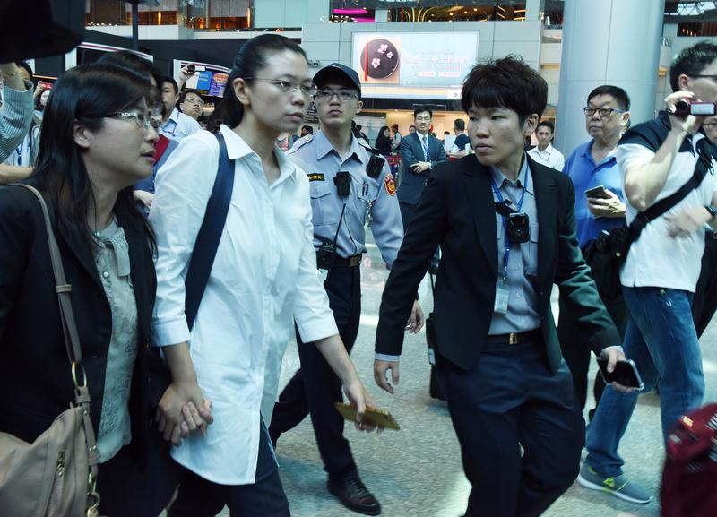 遭中共拘留的李明哲的太太李凈瑜(前左2)原訂4月10日搭機赴北京「救夫」,但台胞證卻遭註銷,李凈瑜直呼很震驚、難過。(中央社)