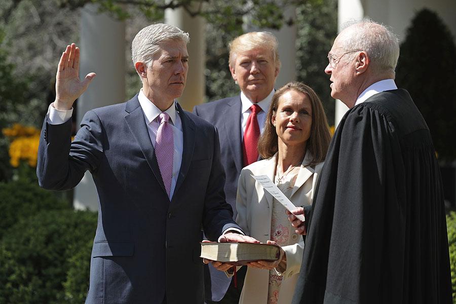 戈薩奇周一(4月10日)在白宮宣誓就任大法官。戈薩奇成為大法官,將令最高法院的力量平衡恢復到斯卡利亞去世之前的狀態。(Justin Sullivan/Getty Images)