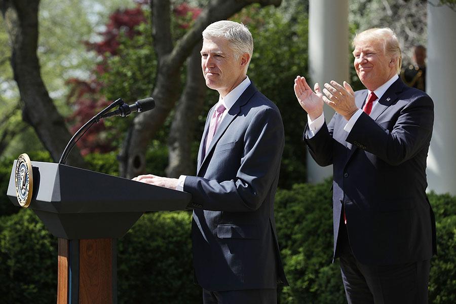 戈薩奇周一(4月10日)在白宮宣誓就任大法官。戈薩奇成為大法官,將令最高法院的力量平衡恢復到斯卡利亞去世之前的狀態。(Chip Somodevilla/Getty Images)