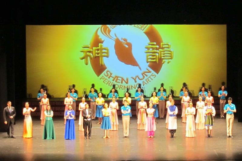 4月9日下午,神韻世界藝術團在瑞士日內瓦的BFM劇院上演今年在當地的第三場演出,神韻藝術家兩次謝幕,與觀眾相約明年。(麥蕾/大紀元)