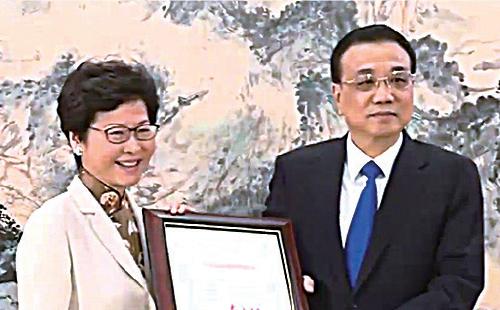 林鄭月娥在中南海紫光閣獲國務院總理李克強頒發《國務院令》,任命她為第五任特首,7月1日上任。(TVB截圖)