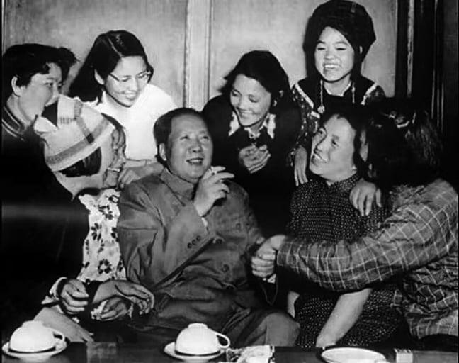 1957年毛與共青團代表。(網絡圖片)