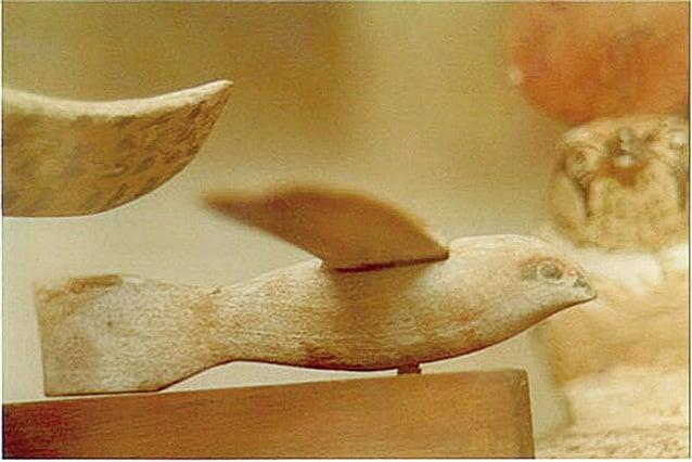 開羅博物館裏收藏了一隻在古埃及陵墓內發現的木鳥,據實際研究,它不但能飛行,並且與今日滑翔機有相同的比例。(維基百科)