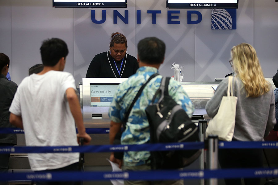 聯合航空因超售機票,將一華裔乘客帶離飛機。(Justin Sullivan/Getty Images)