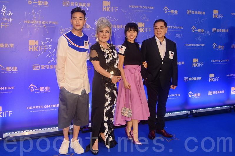 邵音音(左二)與秦沛(右一)及女兒姜麗文也一同出席支持香港國際電影節。(宋碧龍/大紀元)