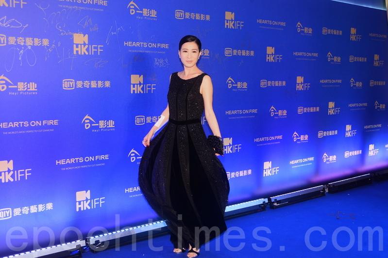 佘詩曼出席活動也不忘宣傳與黃子華合作的電影《棟篤特工》。(宋碧龍/大紀元)