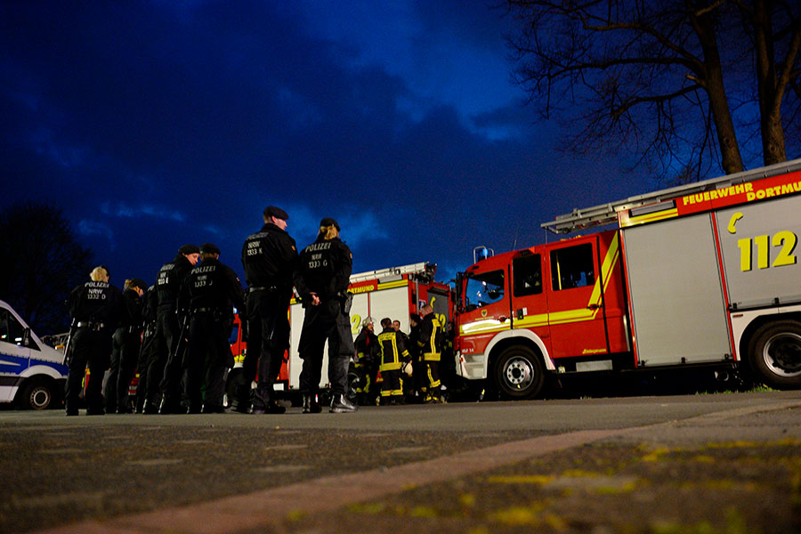 歐洲足球冠軍聯賽(UEFA Champions League)周二(4月11日)在德國多特蒙德(Dortmund)進行首場四強準決賽(quarterfinals),卻傳出爆炸意外,一名隊員受傷,賽事順延到周三舉行。(SASCHA SCHUERMANN/AFP/Getty Images)