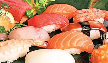 三文魚,學名叫作鮭魚,是這個世界上被人類進食最多的魚類,每100條人類食用的魚當中,大約有11條是三文魚。圖為三文魚製成的料理。(Fotolia)