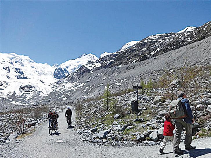 在山谷小路上散步,令人非常愉快,強烈的陽光蓋滿山谷,清新的山風吹拂著。