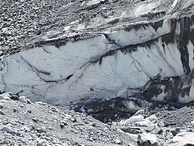 這是融水的出口「冰川門」。