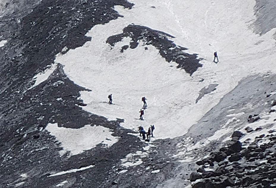 在夏天依然有不少人在冰川滑雪。