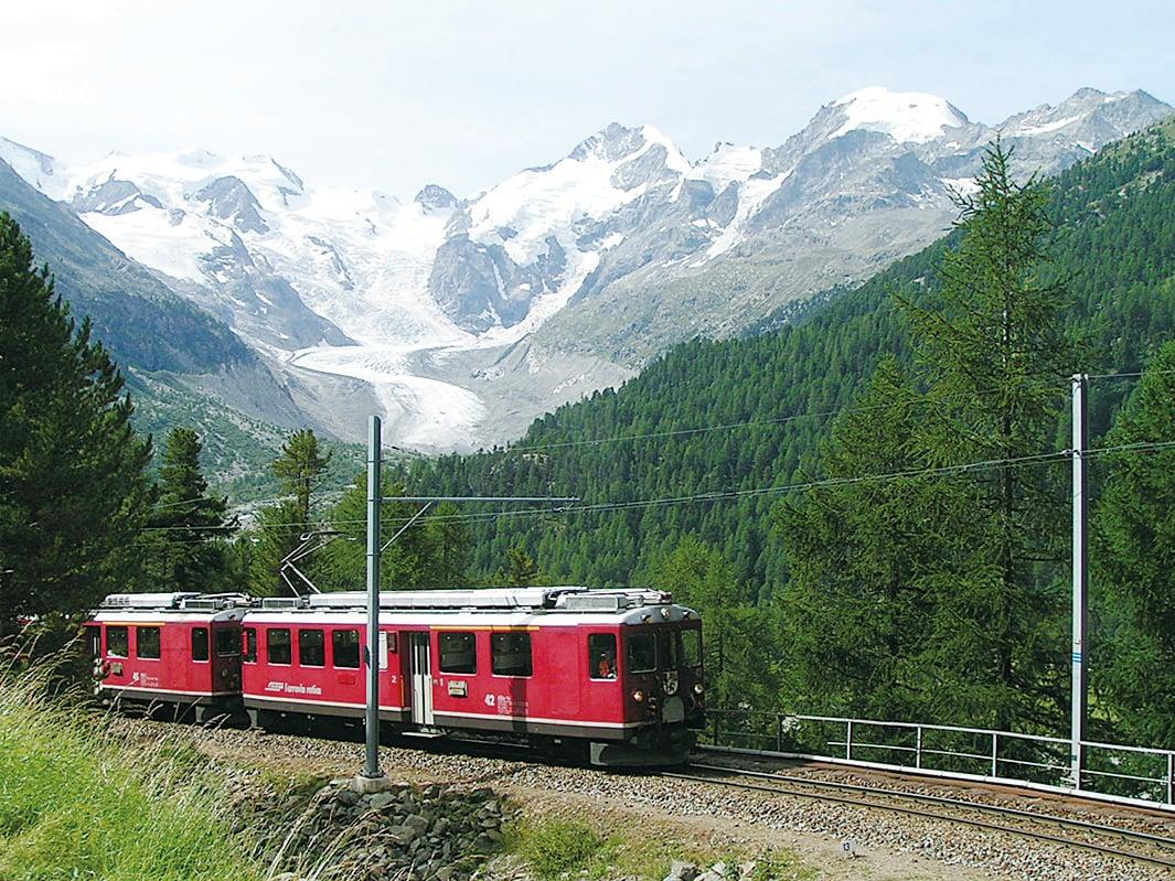 伯爾尼納鐵路火車經過蒙特拉奇冰川。(維基百科)