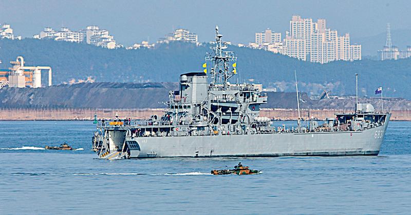 南韓與美國自3月7日起啟動代號為「關鍵決斷」和「鷂鷹」的聯合軍事演習,直到4月30日。圖為參與本次演習的南韓軍艦。(AFP)