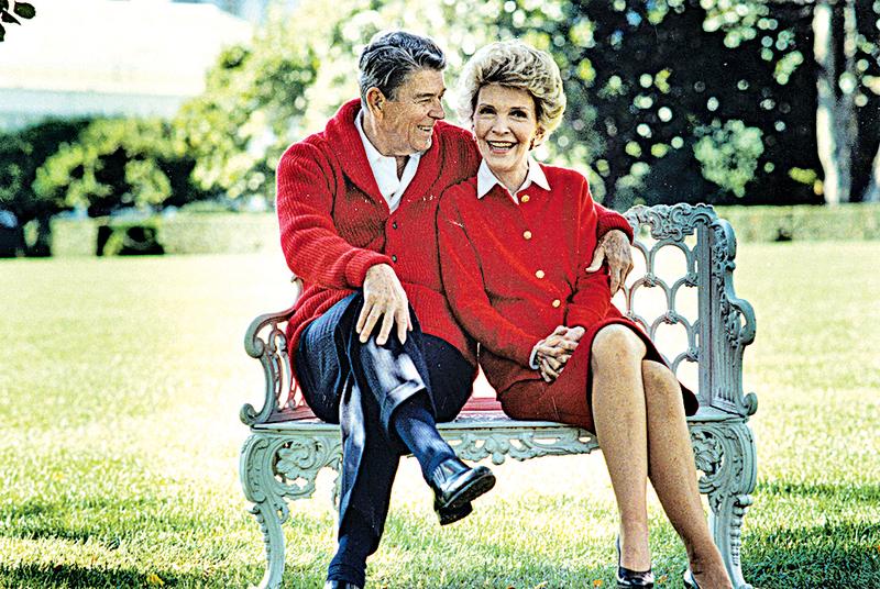 美國前第一夫人南茜.列根(Nancy Reagan)2004年與當時93歲的前總統列根合影。南茜病逝消息傳開後,許多民眾在列根總統圖書館門口留下鮮花與卡片,表達悼念之意。(Getty Images)
