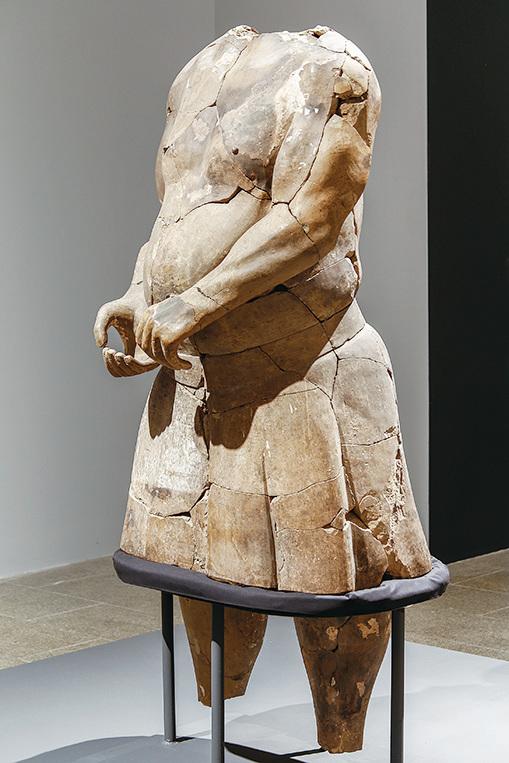 秦代「半裸百戲俑」,秦始皇帝陵博物院藏。(The Metropolitan Museum of Art)