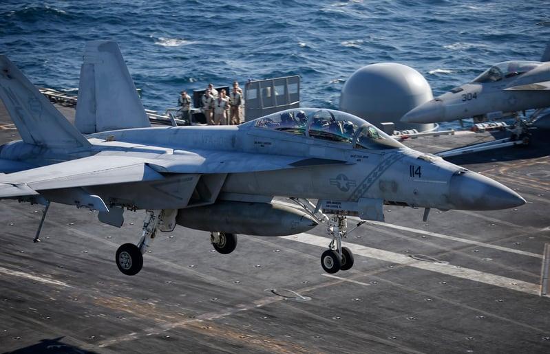 2015年10月28日,美韓海軍於10月26日至29日期間在南韓東部海域進行韓美聯合海上機動訓練。此次軍演美國派出了最新的核動力航母「列根號」。圖為一架美國海軍F/A-18超級大黃蜂戰鬥機在航空母艦「列根號」的甲板上降落。(Kim Hong-Ji/AFP)