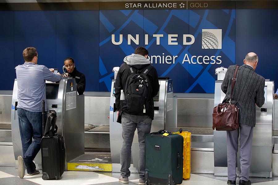 為平息強拉乘客下機引發的風波,聯合航空12日宣佈,搭乘9日事發航班編號3411飛機上的所有乘客可獲得全額退款。圖為芝加哥歐海爾國際機場的聯合航空櫃台。(Scott Olson/Getty Images)