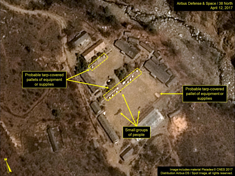 北韓豐溪里核試驗場的衛星圖片二,白色米粒狀的可能是用於供給的設備,在操場上還有人在活動。(38 North)