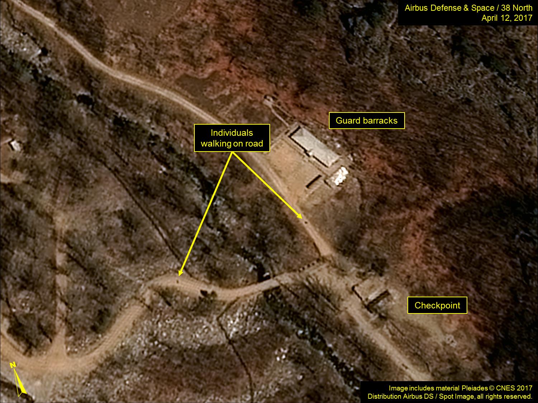 北韓豐溪里核試驗場衛星圖片四,這張攝於守衛兵營附近,顯示路上有人在行走。(38 North)