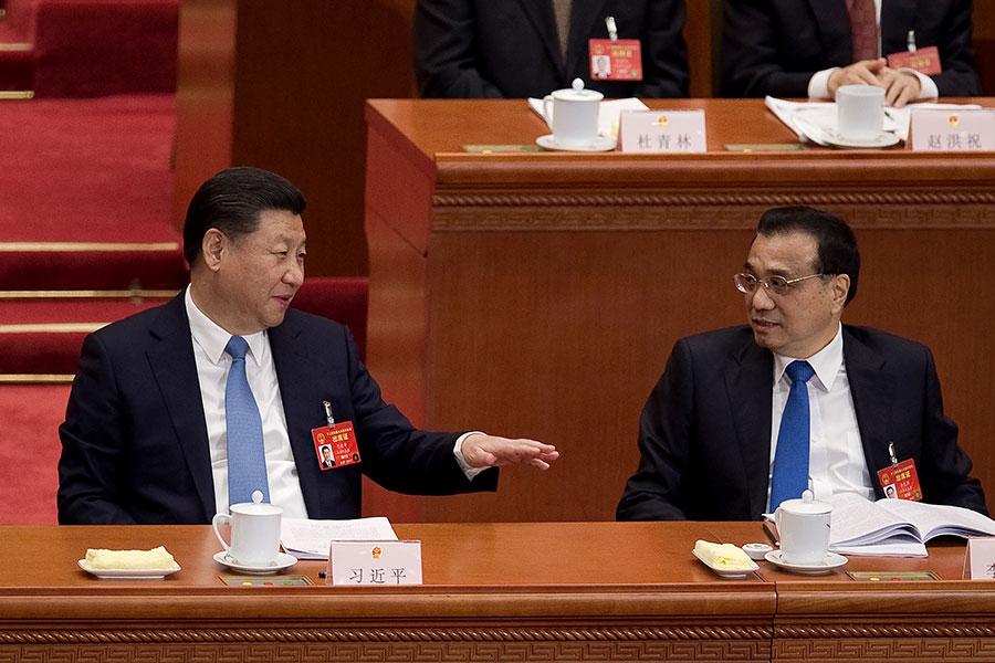 習近平(左)與李克強(右)在今年兩會上。(NICOLAS ASFOURI/AFP/Getty Images)