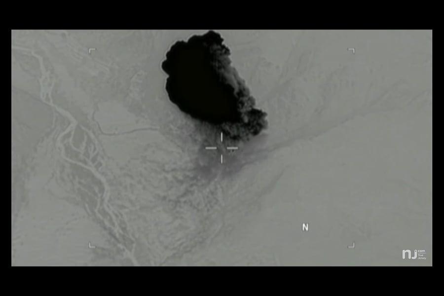 美軍周四(13日)在阿富汗東部向伊斯蘭國恐怖組織IS據點,投下號稱「炸彈之母」(Mother Of All Bombs)的大型空爆炸彈,至少36名IS恐怖份子被炸死。(視像擷圖)