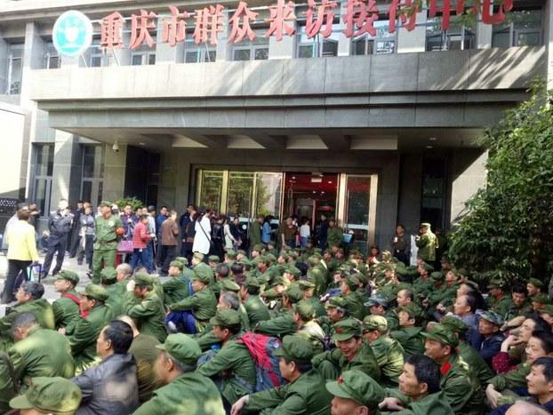 各地老兵紛紛上訪 重慶百餘老兵市府前示威