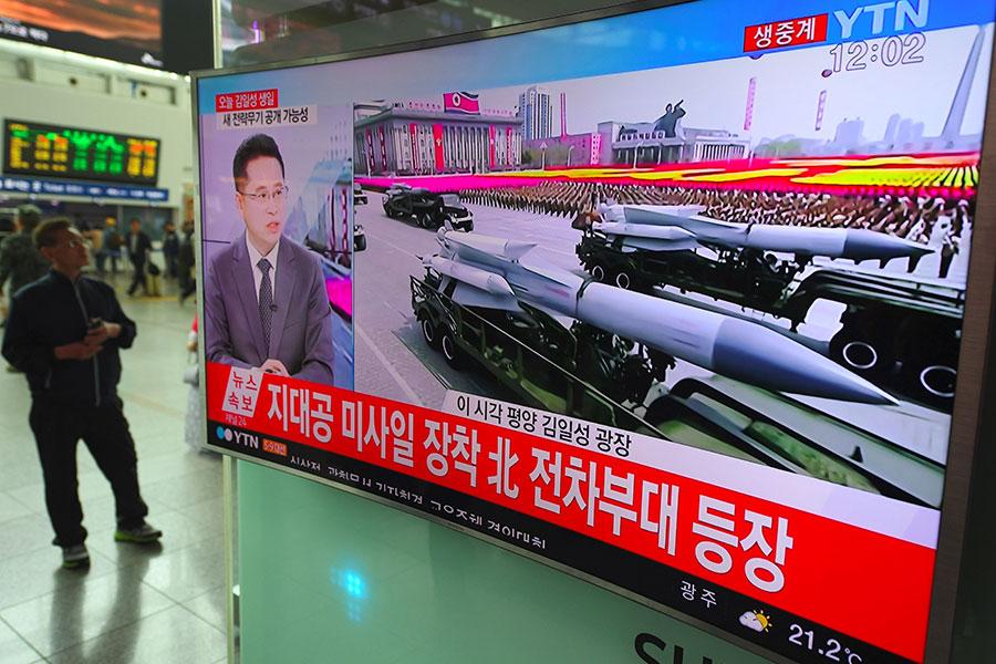 北韓4月15日舉行慶祝太陽節及金日成誕辰105周年遊行,展示軍力,第三代獨裁者金正恩從閱兵台上觀看。南韓軍事專家表示,遊行中出現前所未見的洲際彈道導彈。(JUNG YEON-JE/AFP/Getty Images)