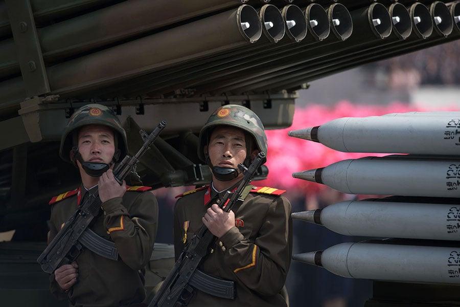 在美國展示了於朝鮮半島的軍事威脅以及中國增強了針對北韓的經濟限制之後,北韓星期六進行大閱兵,但並沒有進行核試驗。(ED JONES/AFP/Getty Images)