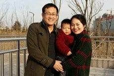 王全璋被捕後,其妻子李文足(右)為他奔走呼籲,數次起訴司法機關違法濫權,李文足和他們的孩子(中)亦遭株連。(網絡圖片)