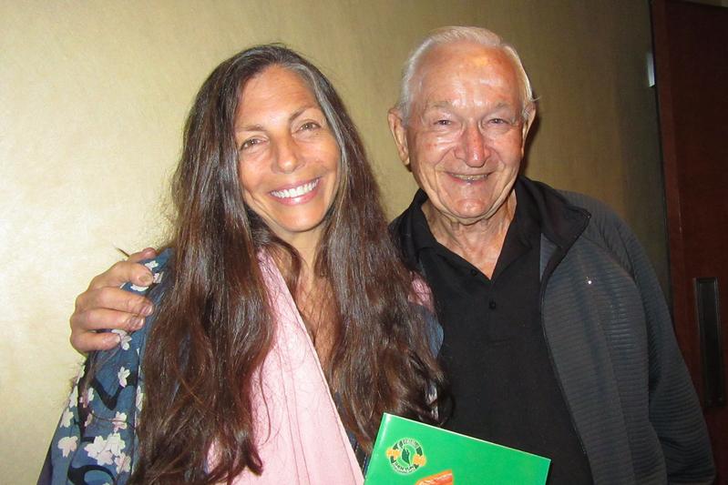 4月14日晚,獲獎創作歌手、音樂治療師Leigh Ann Phillips女士攜公公John Mandich觀看了神韻國際藝術團在荷里活杜比劇院的第一場演出。(李清怡/大紀元)