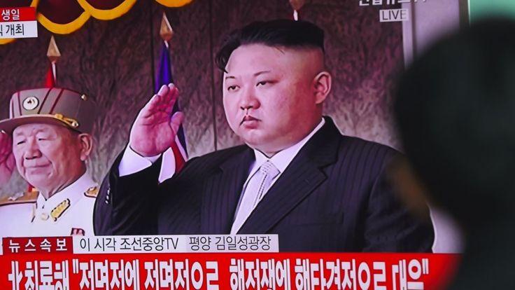 4月15日,臉色凝重的金正恩舉行其任內的第7次閱兵。(JUNG YEON-JE/AFP/Getty Images)