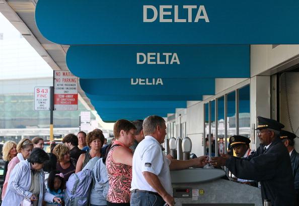 達美航空公司4月14日宣佈,在機位超賣的班機,對於自動放棄機位的乘客,提供近10,000美元的補償。(Justin Sullivan/Getty Images)