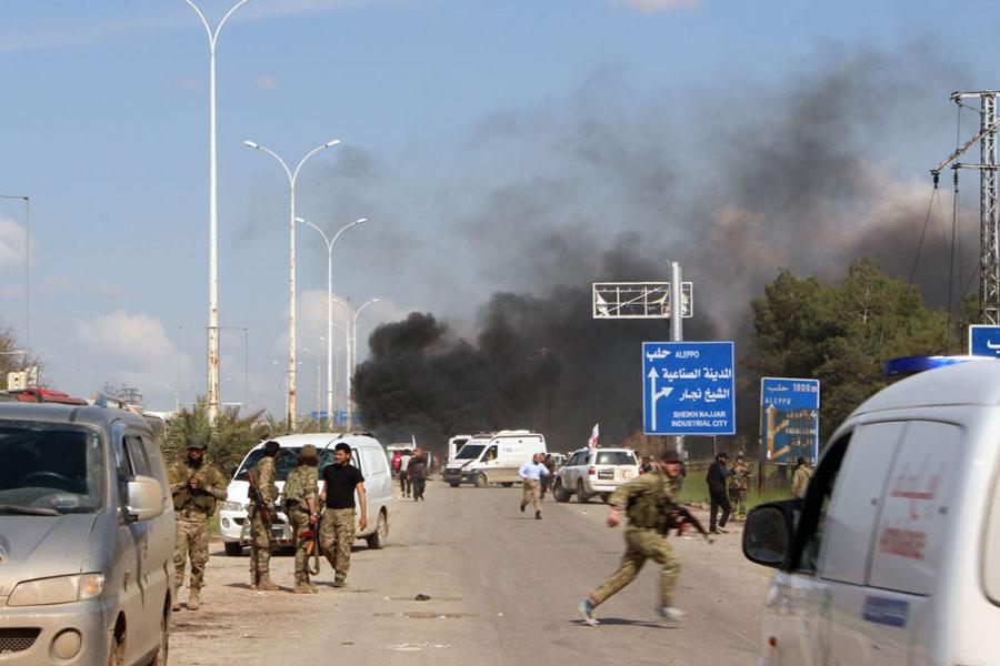 4月15日,敘利亞阿勒頗(Aleppo)郊區發生針對撤離居民的汽車炸彈襲擊。美聯社引述反抗陣營救援單位的消息報道,至少100人喪生。(IBRAHIM YASOUF/AFP/Getty Images)