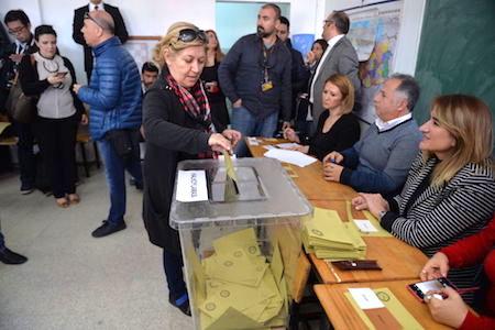 土耳其16日(周日)舉行里程碑式的憲法修正案公投。圖為一名女選民在首都安卡拉投票。(Erhan Ortac/Getty Images)