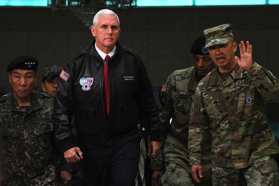 彭斯突訪兩韓非軍事區 稱戰略忍耐時代結束