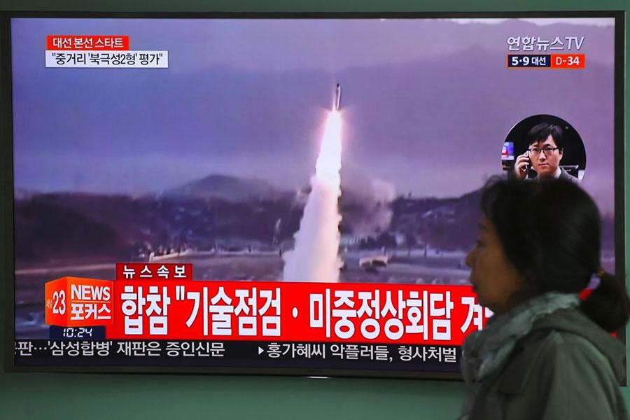 5月14日,北韓再次發射彈道導彈,導致俄羅斯加強警戒。白宮呼籲各國採取更強硬制裁。圖為在習特會前夕,北韓4月5日早上發射一枚導彈。(UNG YEON-JE/AFP/Getty Images)