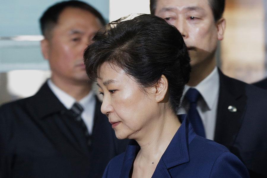 圖為今年3月30日,前南韓總統朴槿惠前往南韓檢方大樓接受調查。(AFP PHOTO/POOL/Ahn Young-joon)