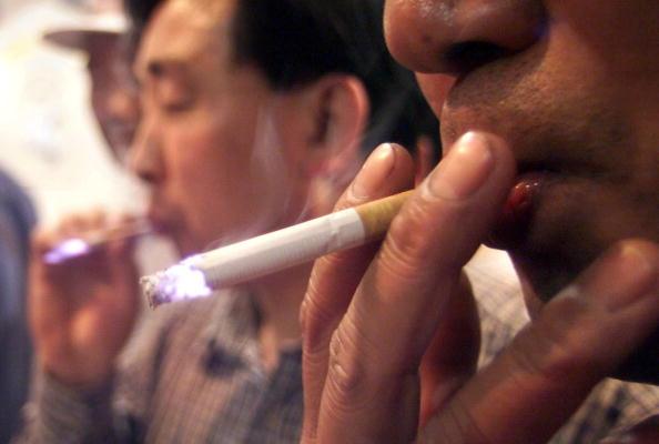 吸煙導致的疾病將在本世紀內導致2億中國人早逝,數千萬人陷入貧困。圖為大陸煙民。(TEH ENG KOON/AFP/Getty Images)