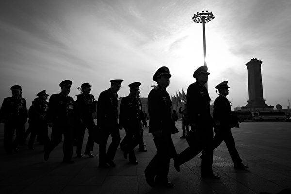 據中共軍報6月11日報道,中共十八大以來,各地先後接收十幾萬計劃分配軍轉幹部,98%以上安置到公務員和事業單位就業。(Lintao Zhang/Getty Images)