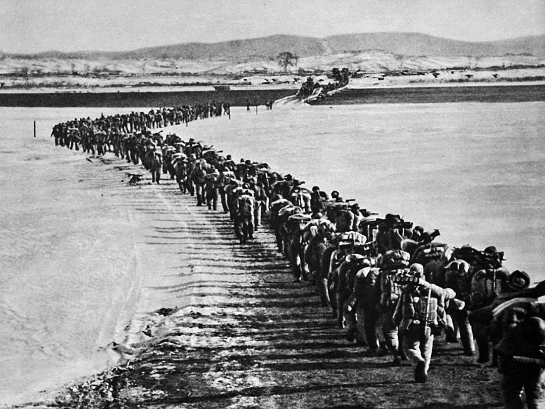 在中、蘇、朝三方的反覆溝通下,在中共眾多將領的反對下,毛最終下令中共軍隊於1950年10月19日秘密跨過鴨綠江參加北韓戰爭。(網絡圖片)