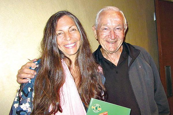 獲獎創作歌手、音樂治療師Leigh Ann Phillips女士攜公公John Mandich觀看了神韻國際藝術團在好萊塢杜比劇院的第一場演出。(李清怡/大紀元)