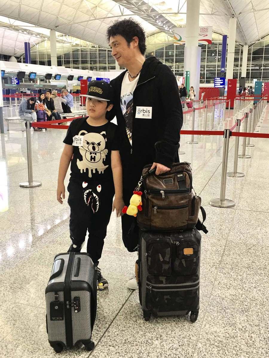吳鎮宇趁囝囝復活節假期帶他隨奧比斯到孟加拉探訪失明小朋友。(公關提供)