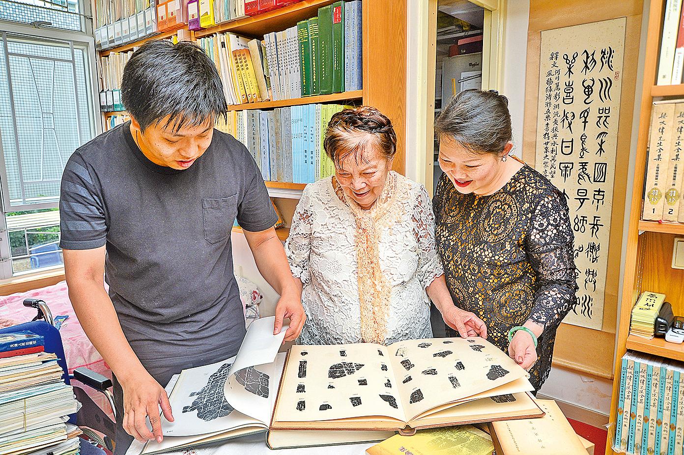 黃競新教授等人在研讀甲骨文。