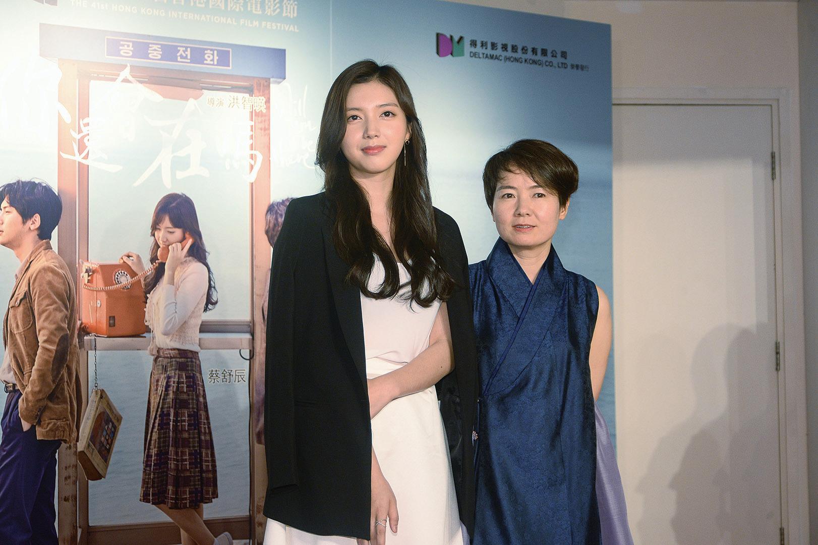 導演金智暎(右)攜劇中女主角蔡舒辰出席電影《你還會在嗎》首映禮。(宋碧龍/大紀元)