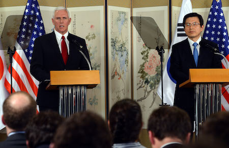 彭斯(左)17日在首爾的記者會上嚴厲警告北韓,不要測試特朗普應對北韓核計劃的決心。此外,彭斯和南韓代理總統黃教安(右)都同意,要提早完成部署薩德反導系統。(South Korean Acting President and Prime Minister Office- Pool/Getty Images)