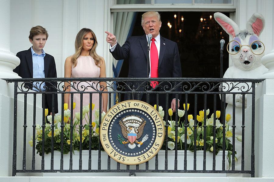特朗普總統在第一夫人、兒子巴倫和復活節兔子的陪伴下,走到杜魯門陽台上,向身著五彩繽紛服飾的人群發表演講。(Chip Somodevilla/Getty Images)