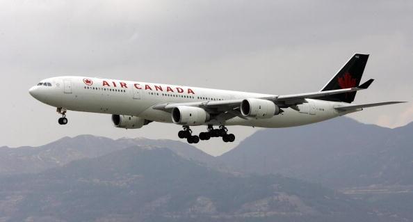 此前加拿大航空因超賣機位而擠掉一名10歲男童的位置,不過受害男童的父親4月17日證實,加航已經為此道歉,並作出賠償。(AFP/Getty Images)
