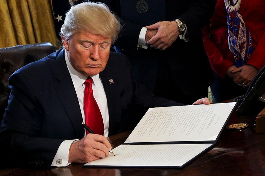美國總統特朗普將於4月18日簽署一份行政命令,以嚴格執行H-1B非移民工作簽證,及推動其改革。(Aude Guerrucci – Pool/Getty Images)